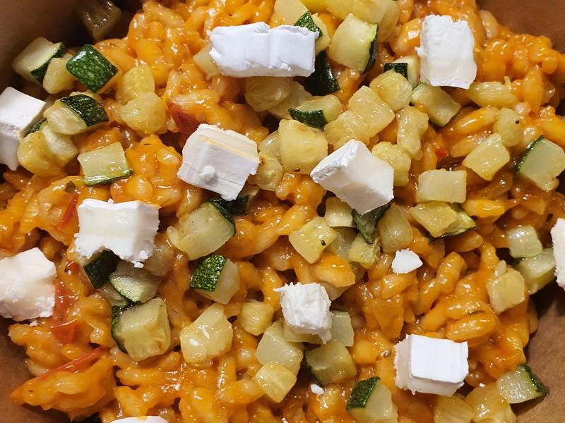 Risotto de tomate, calabacín, oregano y queso de cabra. (Delivery Stuff)