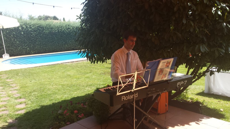 Pianista amenizando el cóctel