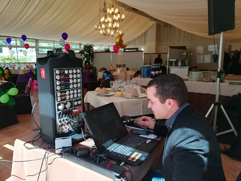 DJ profesional con karaoke y micrófonos inhalámbricos