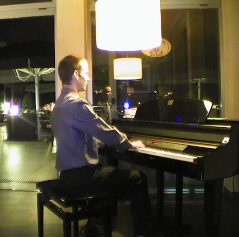 Pianista amenizando la cena en un Restaurante
