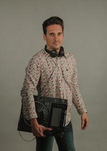 JAVIER AMORES DJ presta servicio en la subcategoría de Djs en Alicante