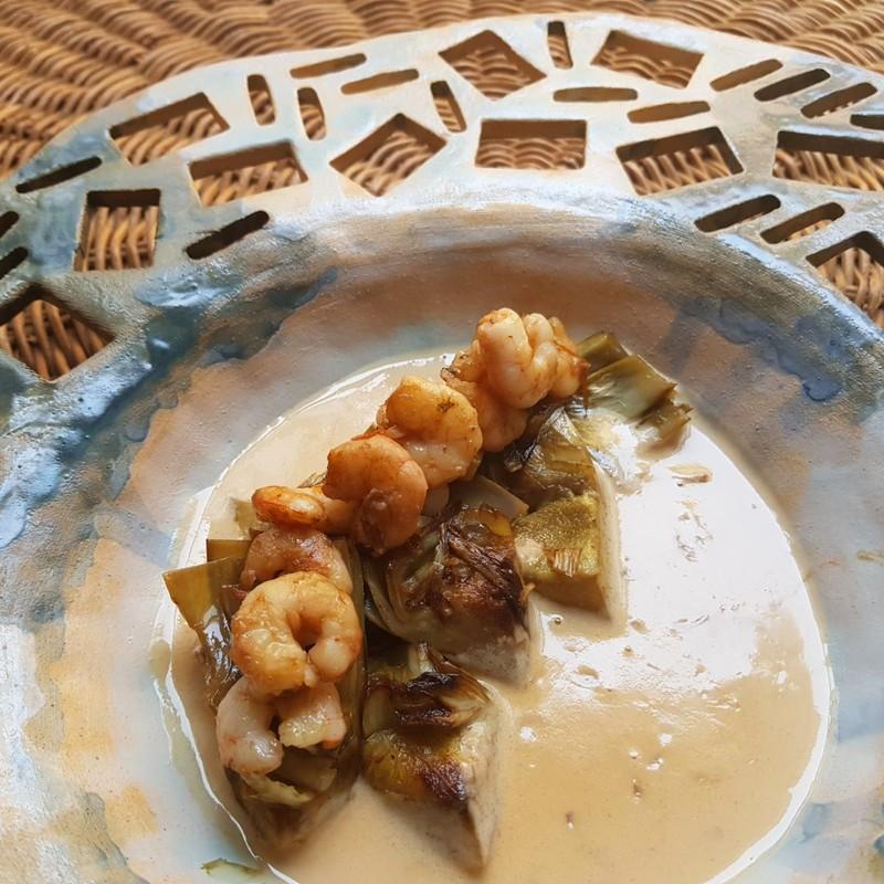 Alcacjofas y almejas con curry y coco al estilo tailandés