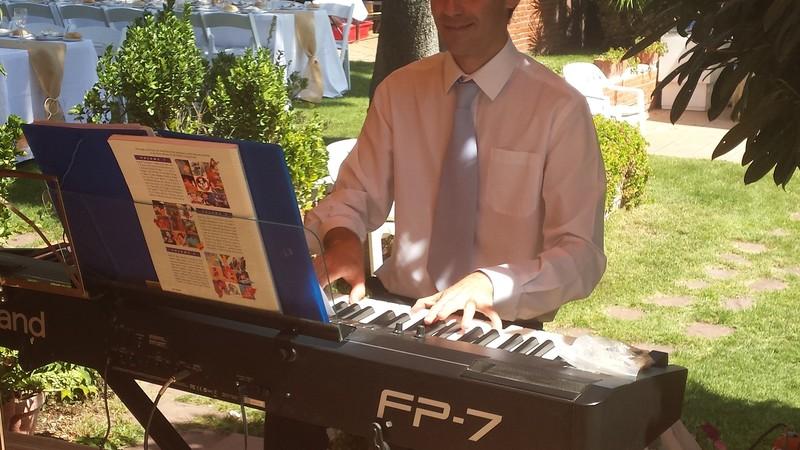 Pianista amenizando la terraza