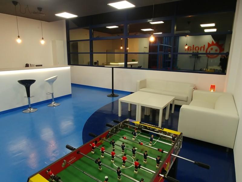 Sala 2 con futbolin, TV y Cocina