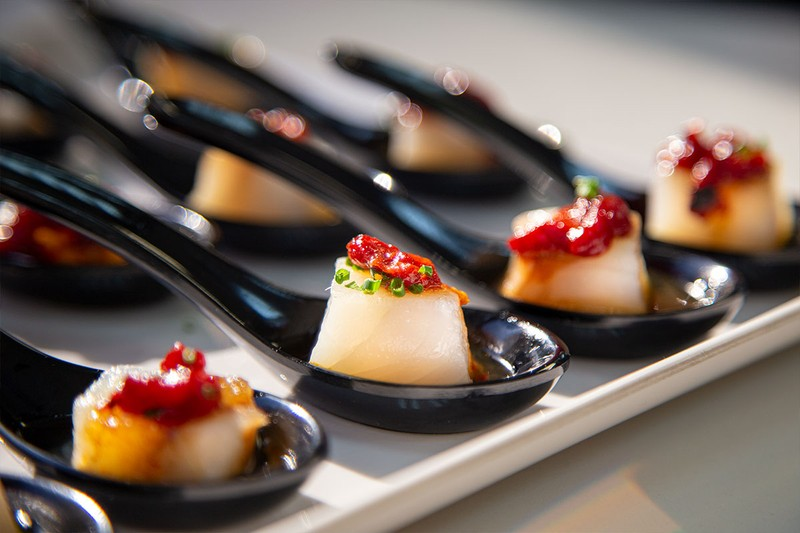 Cucharita de bacalao con ajo blanco y piquillo caramelizado
