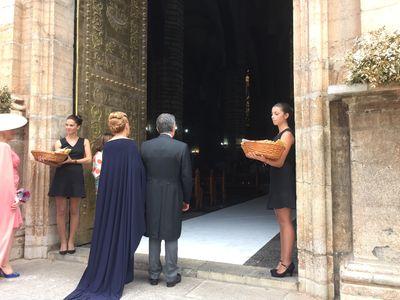 MUST EVENTOS presta servicio en la subcategoría de Azafatas para eventos y congresos en Valencia