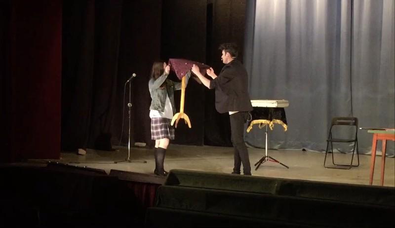 Levitando una mesa con la ayuda de una espectadora en un teatro de Barcelona.
