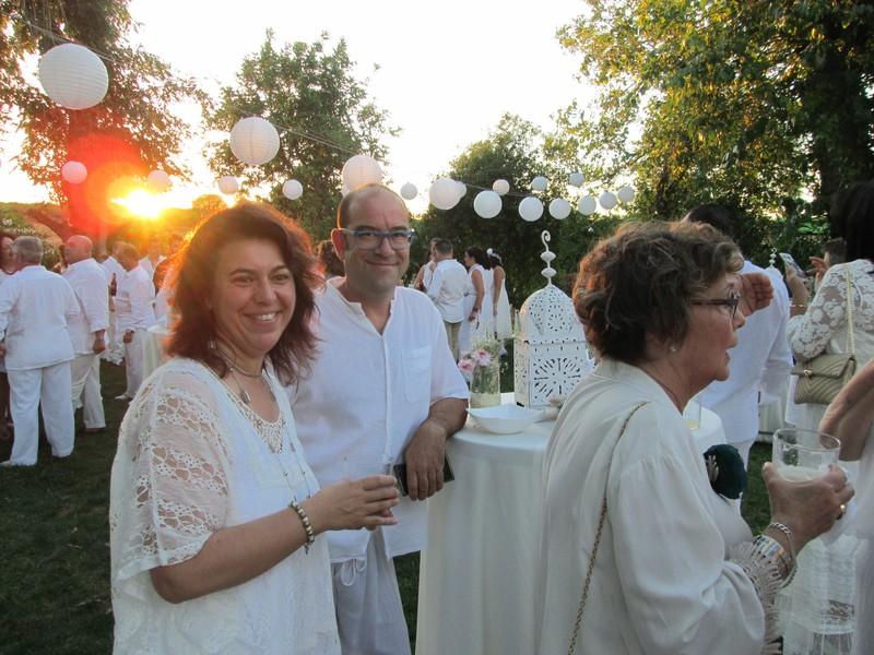 Celebrando durante la puesta de sol