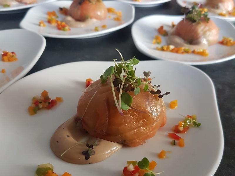 Falso ravioli de salmón con verduras
