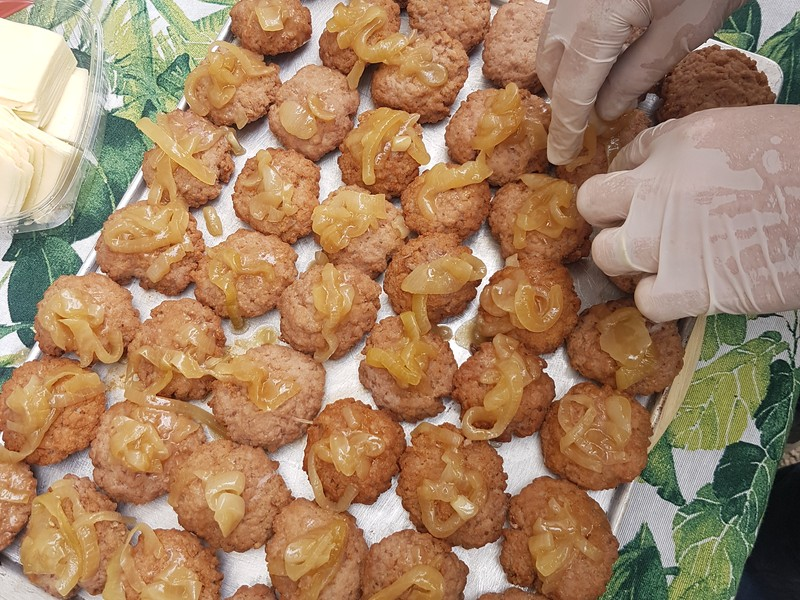 Mini Burguers con queso y cebollas caramelizadad...