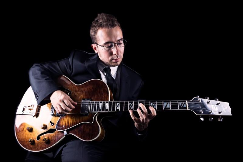 Juan Rodríguez a la guitarra