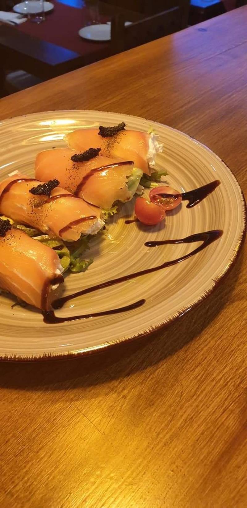 Rollitos de salmón marinado