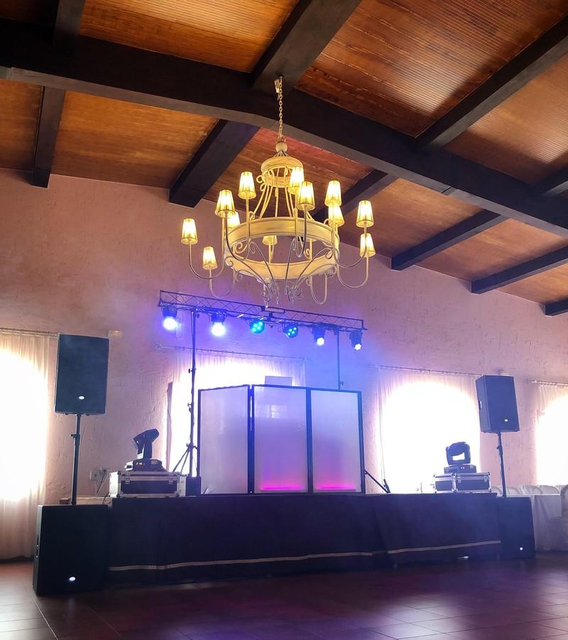 Barra libre de boda con escenario, iluminación y sonido