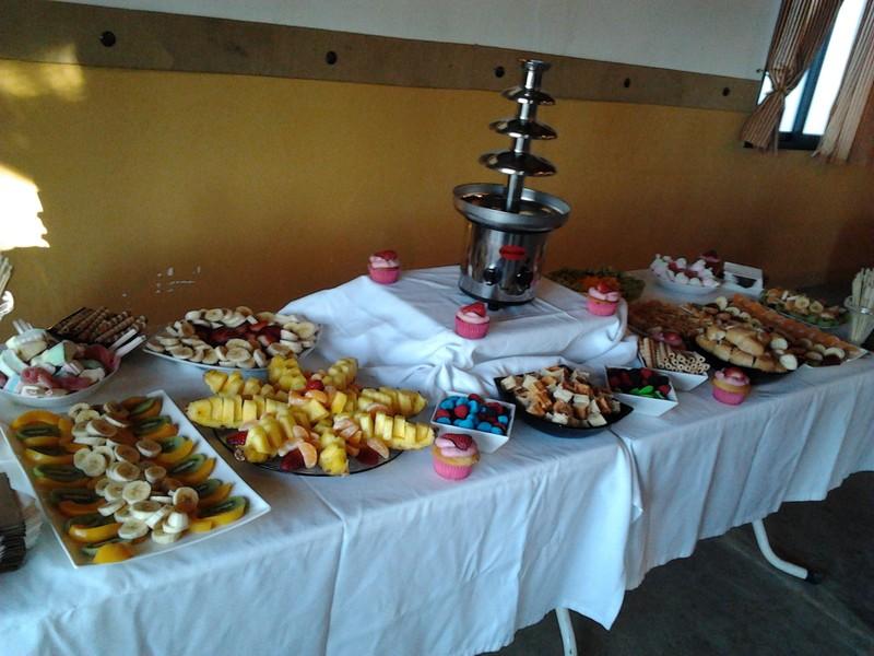 Buffet fruta y reposteria y fuentes de chocolate