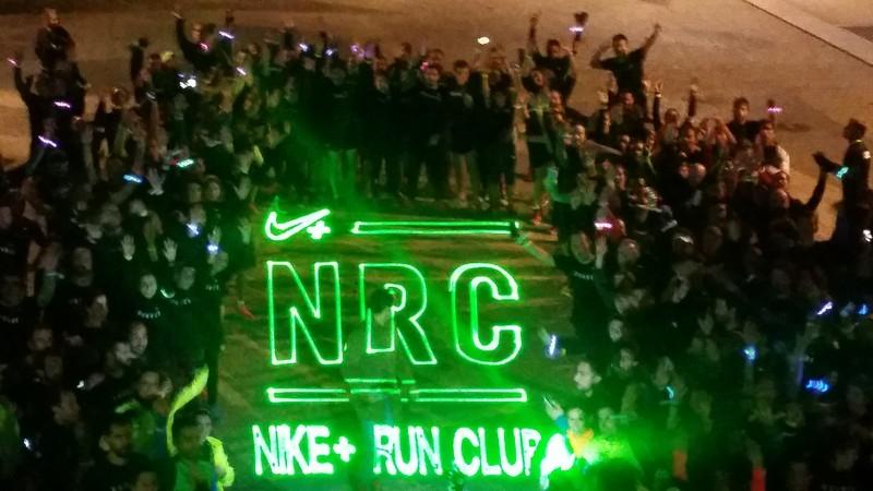 Proyección logo Nike para evento deportivo