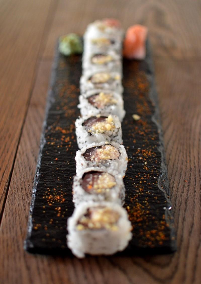 Uramaki de atún, nueces, crema de queso, semillas de sesamo y petazetas cítricos