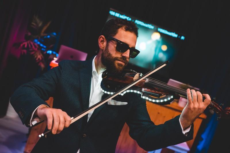 Actuación en directo de violinista