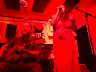 Iker & Ruth Discofagia presta servicio en la subcategoría de Orquestas, cantantes y grupos en Vizcaya