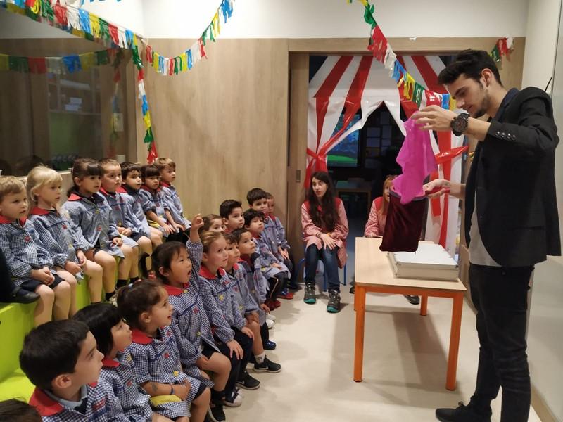 Magia para niños de P3 en la Escuela Montserrat.