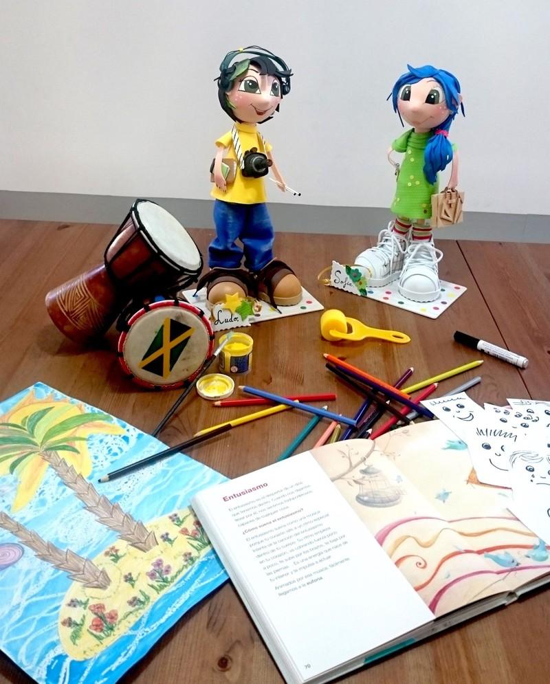 Ludo y Sofía rodead@s de actividades