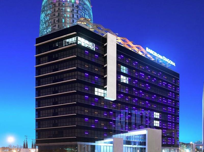Fachada con Hotel con Torre Agbar de noche