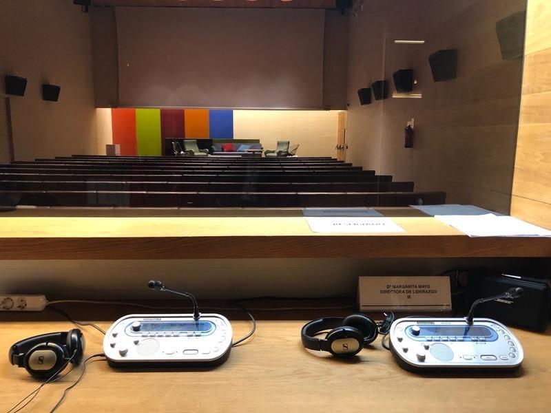 Conferencia con cabina de traducción simultánea