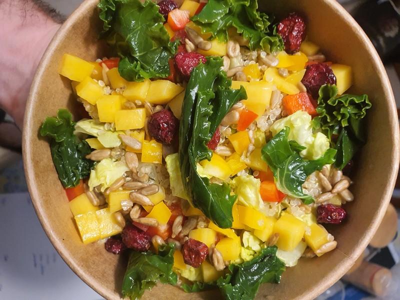 Ensalada de quinoa, mango y kale. (Delivery Stuff)