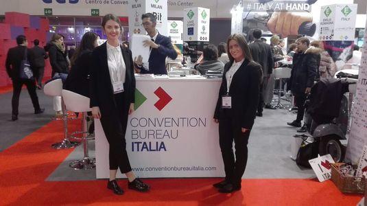 Hostess & Promoter presta servicio en la subcategoría de Azafatas para eventos y congresos en Barcelona