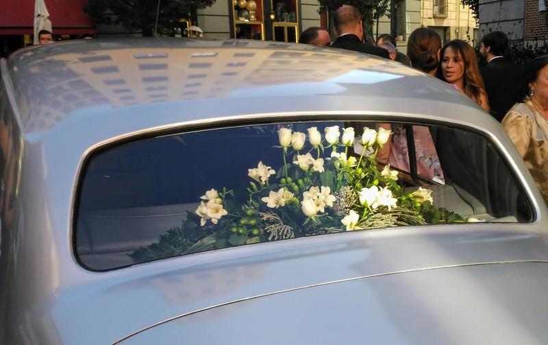Coche con rosas blancas