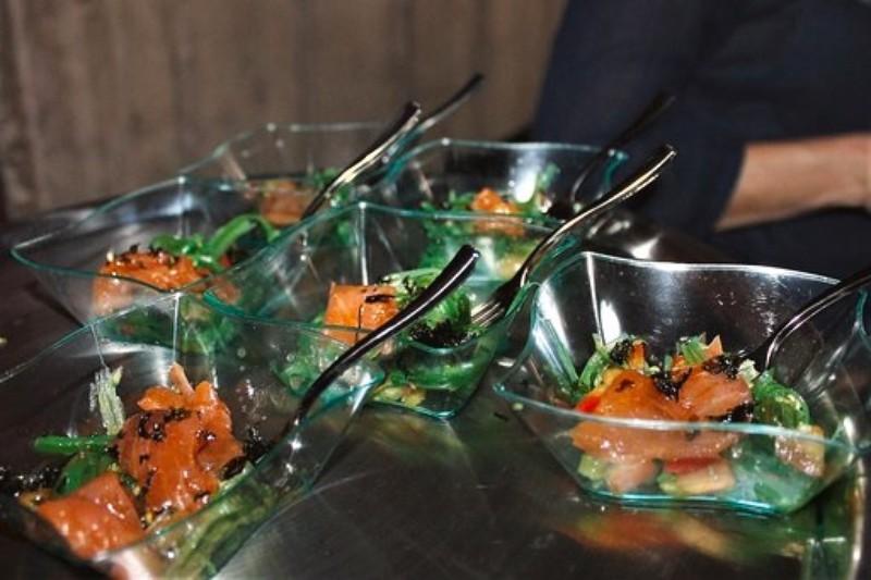 Ensalada de wakame, salmón marinado y yakiniku