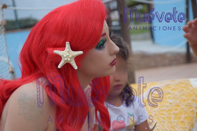 Ariel tras su actuación y cuenta-cuentos, atiende a los mas pekes y comparte con