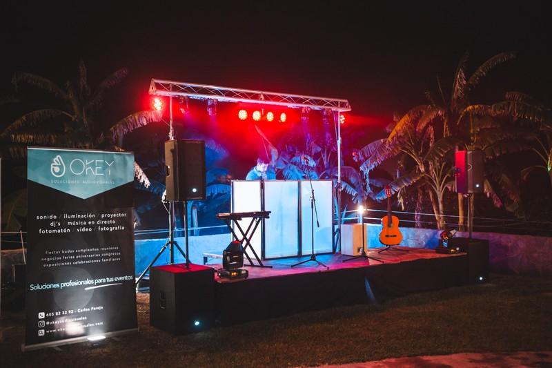 Montaje de sonido e iluminación para dj y grupo en directo