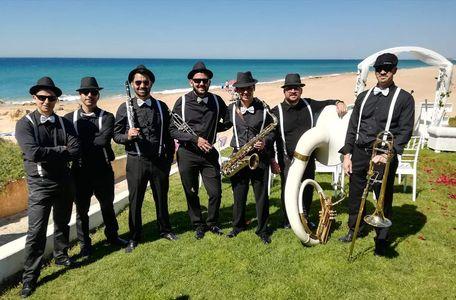 Leon Island Dixieland presta servicio en la subcategoría de Grupos de Jazz en Cádiz