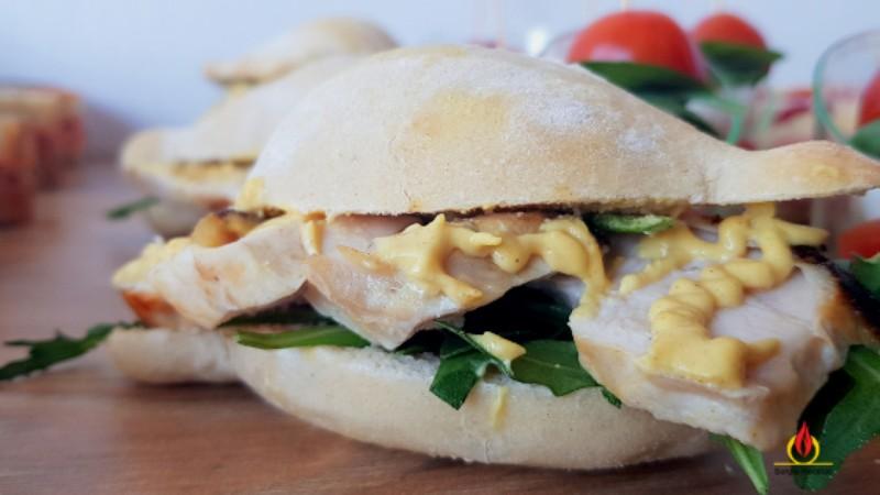 pulguitas de pan casero de pollo asado con rúcula y mostaza