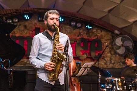 Edu Cabello Saxo presta servicio en la subcategoría de Grupos de Jazz en Barcelona