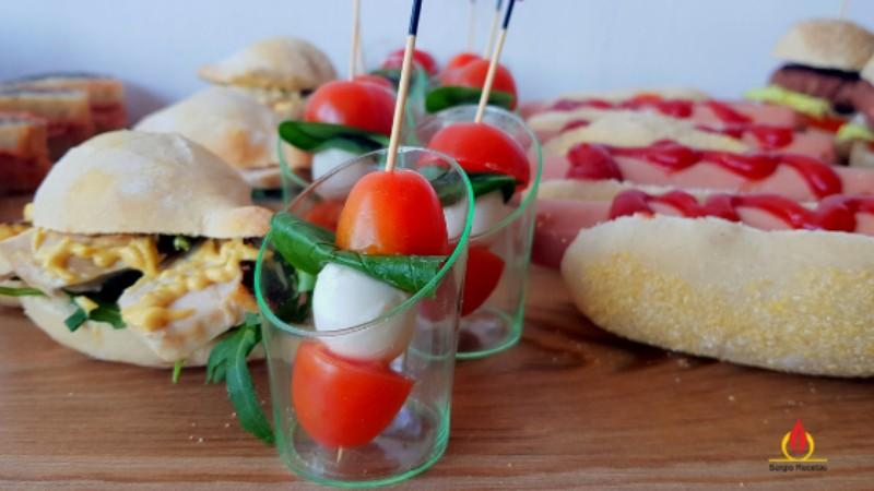 pinchitos de mozzarella con cherrys y albahaca