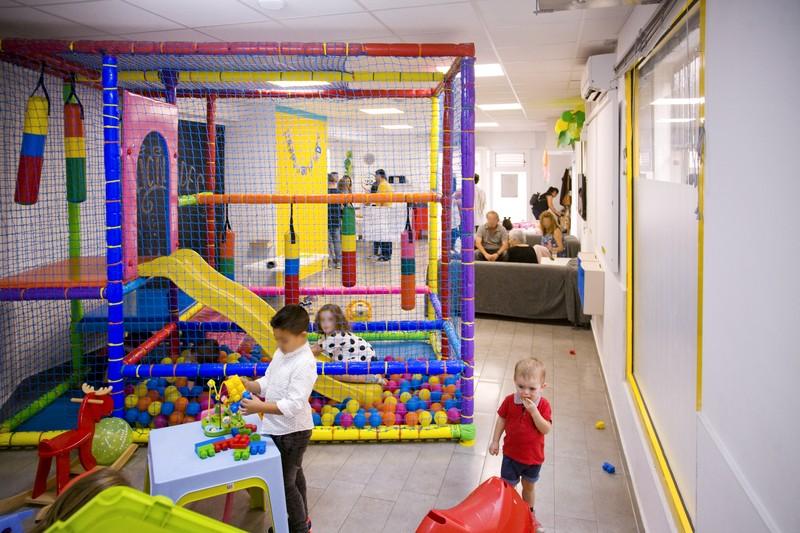 Parque de bolas y zona de juegos infantil