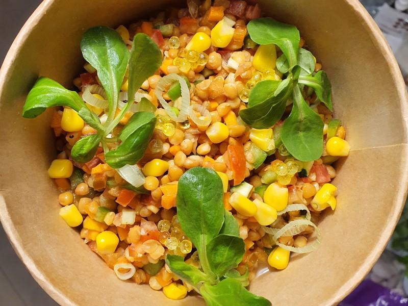 Ensalada de lentejas y vegetales con vinagreta de curry verde. (Delivery Stuff)