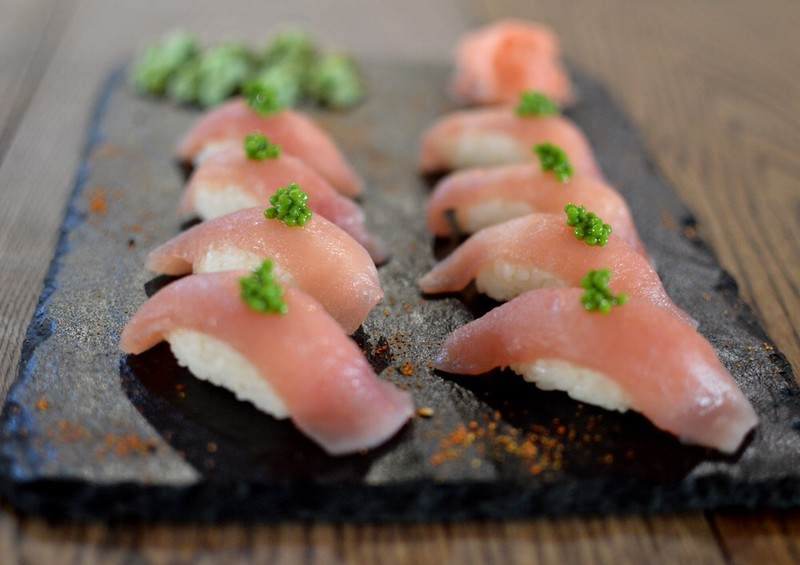 Nigiri de atún y caviar de wasabi