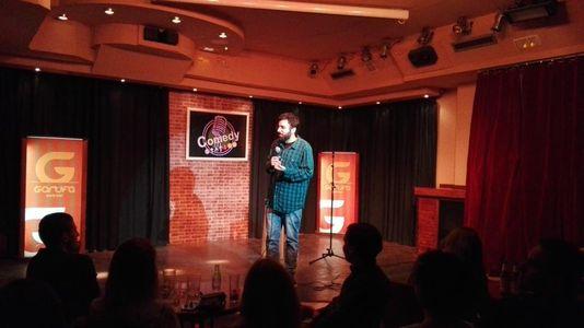 PACO PAEZ presta servicio en la subcategoría de Monologuistas, cómicos y humoristas  en Madrid