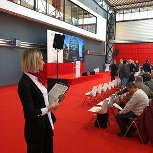 EM Staff™ presta servicio en la subcategoría de Azafatas para eventos y congresos en Madrid