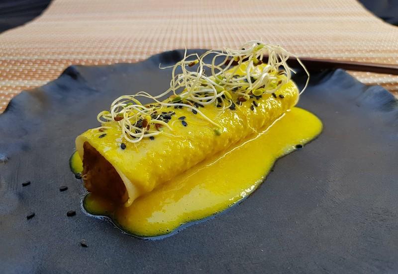 Canelón vegano con salsa de maíz y cúrcuma