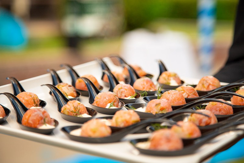 Esfera de tartar de salmón con mostaza de hierbas con servicio de camarero