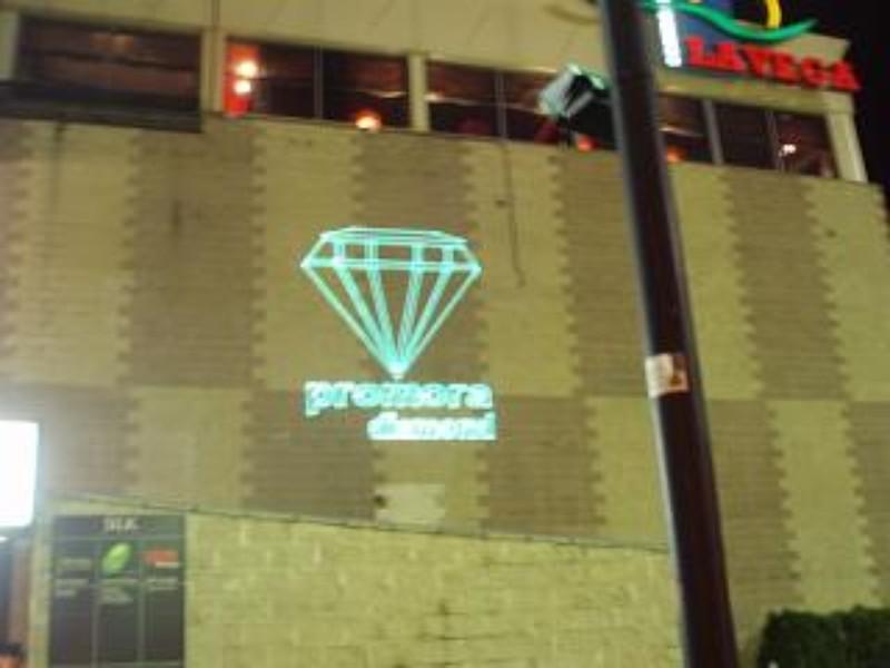 Proyección láser sobre edificios