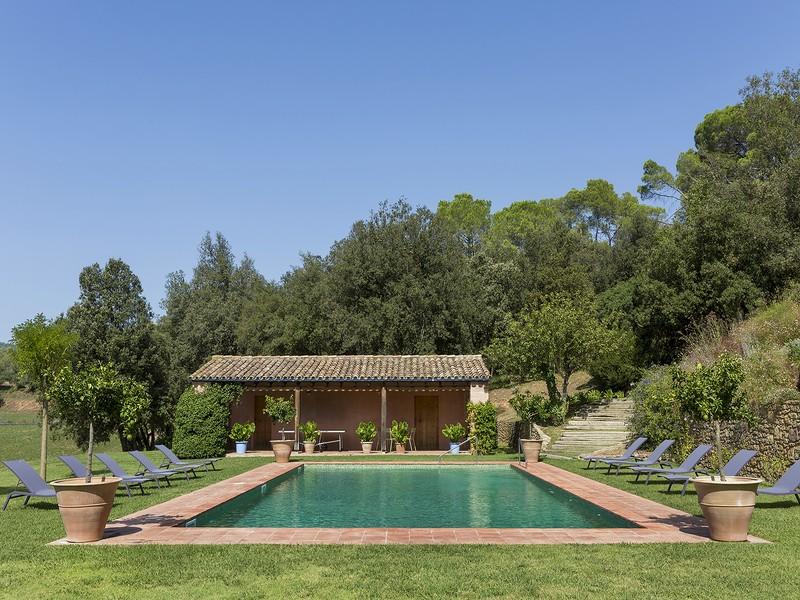 El porche y pabellón de la piscina