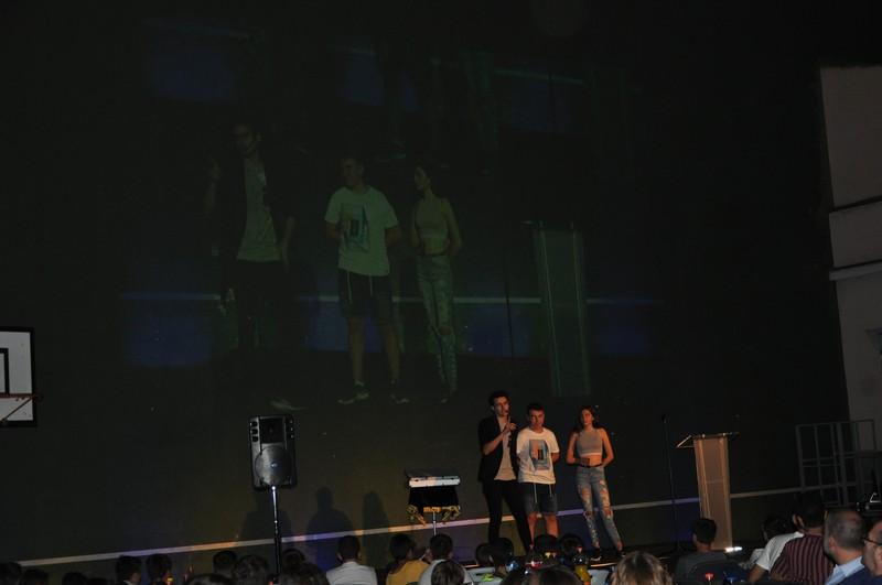 Show con proyector gigante en un instituto.