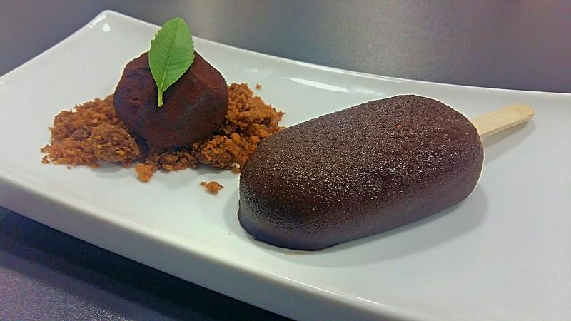 Petit fours de trufa de chocolate, mini magnun de crema de caramelo tostado