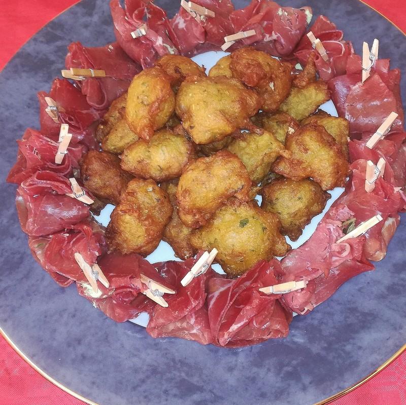 Ballotin de bresaola, ricotta, basilic y accras con bacalao