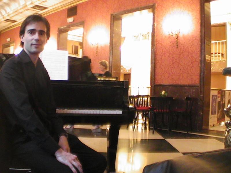 Pianista amenizando recepción de invitados en el Teatro de la Zarzuela de Madrid