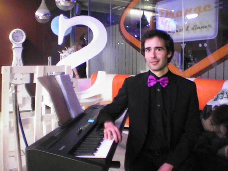 Pianista amenizando Cumpleaños